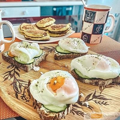 сервировать завтрак на доске