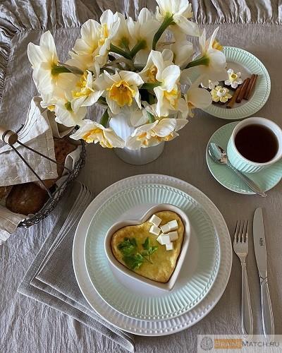 сервировать завтрак